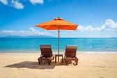 Duas espreguiçadeiras na praia — Foto Stock