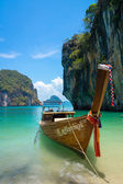 Traditional longtail boat near tropical island — Stock Photo