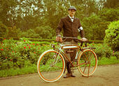 Man posing with retro bicycle in the park — Stockfoto