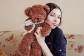 Oyuncak ayı olan kadın — Stok fotoğraf