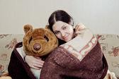 Femme avec ours en peluche — Photo