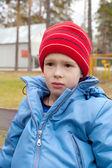 Jongen in het Glb en de vacht buitenshuis — Stockfoto