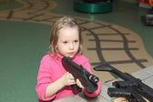 Ragazza con la pistola grande — Foto Stock