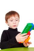 Chłopiec grający z cegły — Zdjęcie stockowe