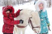 Barn och häst — Stockfoto