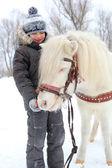 Karmienie konia — Zdjęcie stockowe