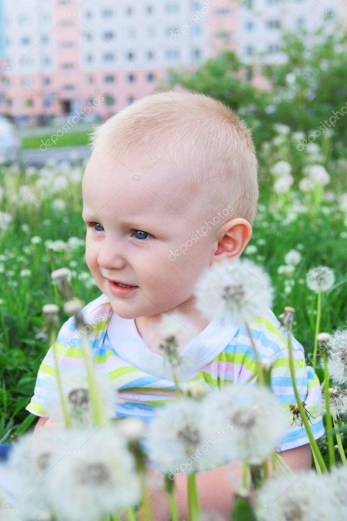 可爱的小孩子坐在草市附近房子 — 照片作者 lanych