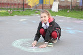 Girl drawing with color chalks — Stockfoto