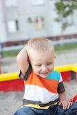Child playing in the sandbox — Foto de Stock
