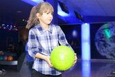 Dívka, hraní bowlingu — Stock fotografie