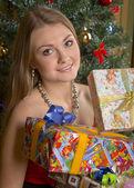 Vacker kvinna håll julklappar — Stockfoto