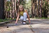 Joven dibuja en el suelo de hormigón — Foto de Stock