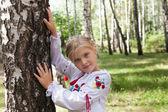 Dziecko w stylu ukraińskim shirt brzozy w lesie — Zdjęcie stockowe