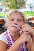 Giovane ragazza in posa in un caffè all'aperto — Foto Stock
