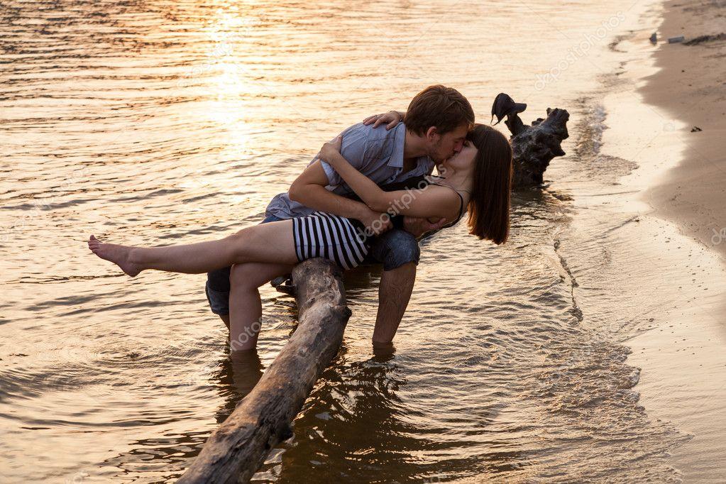 情侣拥抱和接吻在河畔图片