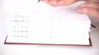 男の議題のビジネス書の情報を書き込み — ストックビデオ