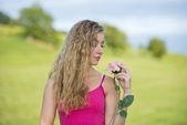 красивый подросток девушка с розой — Стоковое фото