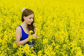 Beautyful teeny model in canola field — Foto Stock
