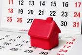 在日历页面上的微型房子 — 图库照片