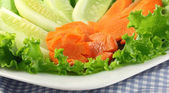 Salad of cucumbers, carrots and lettuce on plate — 图库照片