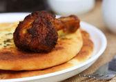 Garlic nan with grilled chicken — Stock Photo