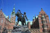 Fountain front of Frederiksborg Palace. Denmark — Stock Photo