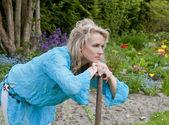 在庭院里的女人 — 图库照片