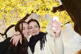 Schwestern mit smartphone — Stockfoto