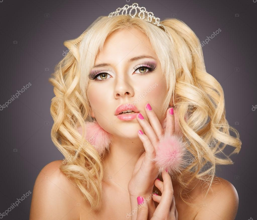 Fashion blond princess woman with pink makeup and manicure, curly hair — Stock Photo #13729096