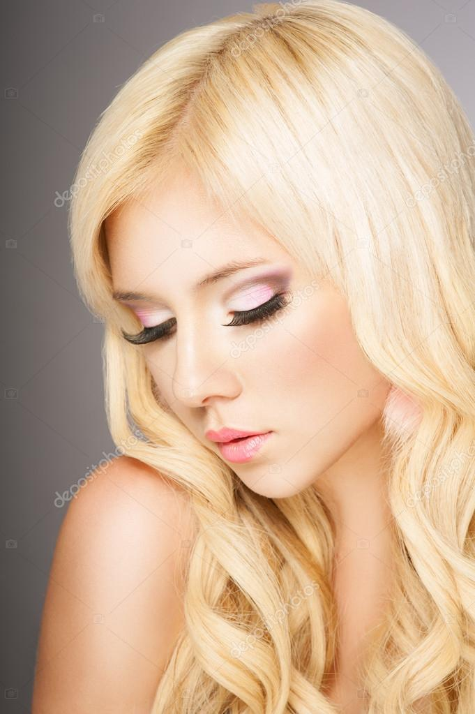 Beautiful blond woman with long curly hair — Stock Photo #13739362
