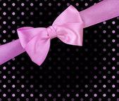 Różowa wstążka łuk na czarnym tle — Zdjęcie stockowe