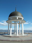 Rotunda in Petrozavodsk. Embankment of Onega Sea. — Stock Photo