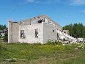 Tijolo arruinado edifício na floresta — Fotografia Stock