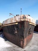 老船在冬季湖 — 图库照片
