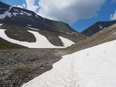 Snowfield in the mountains. hibiny — Stock Photo
