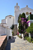 Alley and church of Cadaqués in Spain — Foto de Stock