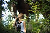 女孩和马。由一个镜头拍摄的顶峰. — 图库照片
