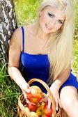 Ung kvinna med korg med äpplen — Stockfoto