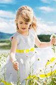 Papatya alan kız şirin çocuk — Stok fotoğraf