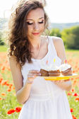 Young beautiful girl in the field of poppies — Fotografia Stock