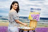 Jonge kunstenaar schilderij in Lavendel veld — Stockfoto