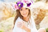 Çiçek çelenk ile güzel genç kadın — Stok fotoğraf
