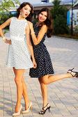 Dos jóvenes amigos llevando bien vestidos — Foto de Stock