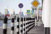 バリア舗装された歩道に駐車場 — ストック写真