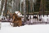зимний пейзаж, старая деревянная мельница — Стоковое фото