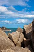 Sea on tropical island with stones — Foto de Stock