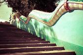 Escadas velhas na selva com dragão — Fotografia Stock