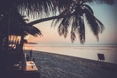Pôr do sol sobre a praia tropical no estilo retrô — Fotografia Stock