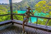 Utsikt från berget på angthong marine nationalpark och poserar kvinna — Stockfoto