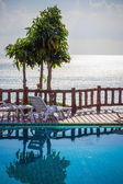 Tropical resort swimming pool overlooking sea. Koh phangan — Stock fotografie